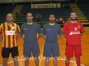 La pareja arbitral Yamal Alí y Yamal Ahmed con los capitanes de los dos equipos