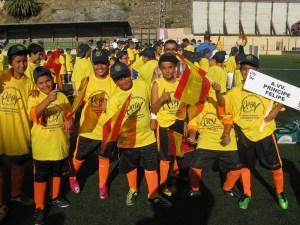 Los niños de la barriada Príncipe Felipe saludan en el acto de inauguración de los Juegos