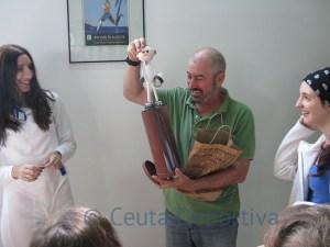 Los alumnos de la escuela entregaron una fofucha a su maestro, Luis Gutiérrez 'Guti'