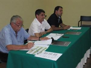 El presidente de la FFCE, Antonio García Gaona, flanqueado por José María Oliveira y Sergio Ramos