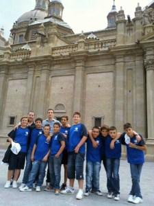 Los jugadores del Caballa alevín posan en Zaragoza con sus entrenadores, Ríos y León