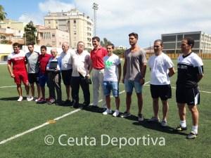 Los jugadores de fútbol sala y fútbol, Chito, rachid, García Gaona y Miguel Castillo, junto al presidente del Natación, Nocolás Rodríguez