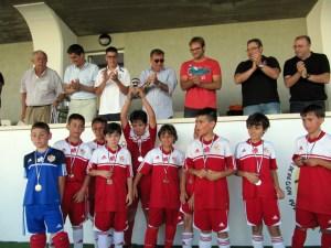 El Carmelitas benjamín, en el momento de recibir el trofeo de subcampeón de Copa