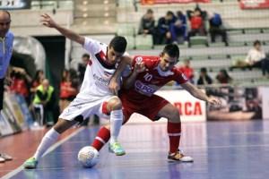 Hamza, con el balón, durante un partido entre el Santiago Futsal y ElPozo Murcia