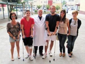 Los lesionados y algunos familiares, junto al doctor a la salida de la clínica
