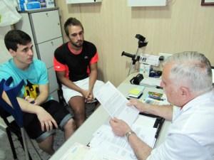 Jesús Ruiz y Dani Alarcón, en la consulta del doctor Barrientos