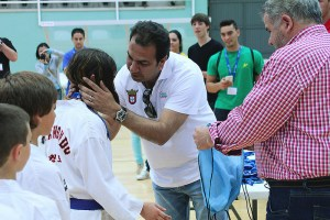 Mirchandani, haciendo entrega de obsequios a los participantes en taekwondo