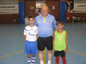 El colegiado Kassen Mohamed con los capitanes del Puerto y Parque Ceuta alevín