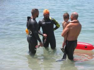 Los nadadores llegando a la meta en la playa de la Ribera