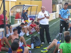 El técnico del Goyu dialoga con sus jugadores al acabar la sesión en el Benoliel