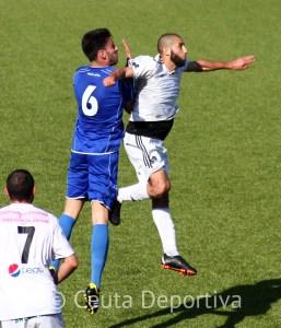 Perita disputa un balón aéreo con un jugador del CD Alcalá en un partido de la pasada temporada