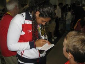 Lorena Miranda firmó autógrafos a los más pequeños