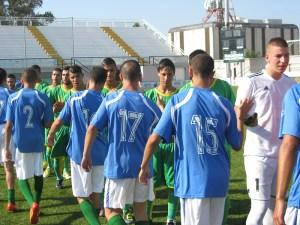 Los jugadores del Chabab Fnideq saludan a los del Goyu en los prolegómenos del partido