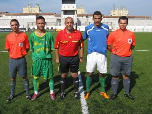 El trío arbitral, encabezado por Mohamed Ahmed Abdeselam, con los capitanes
