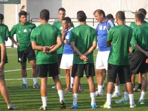 Los jugadores de la AD Ceuta FC escuchan las indicaciones de su técnico