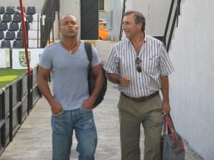 Sandro bromea con Asián a su llegada al estadio Alfonso Murube
