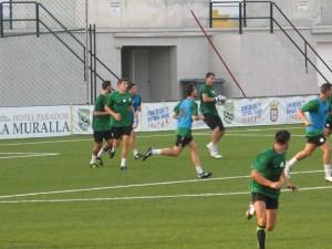 Garrido atrapa el balón durante el partidillo disputado en el estadio