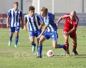 Jorge Merino se lleva el balón perseguido por Prieto, que marcó el 2-3