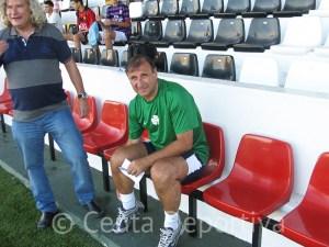 José Antonio Asián, en un banquillo del estadio Alfonso Murube