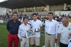 El presidente de la Ciudad y el presidente de la FFC entregaron sendos obsequios al hijo del doctor Abdelkrim
