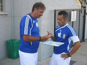 José Antonio Asián, que en la imagen dialoga con Jorge Ávalos, ha demostrado flexibilidad con el sistema de juego
