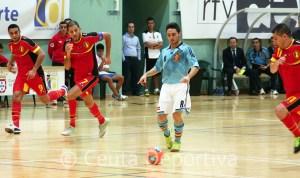 Borja conduce el balón perseguido por tres jugadores belgas