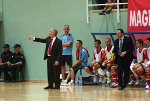 José Venancio López, dando instrucciones a sus jugadores desde el banquillo español