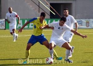 Ángel García pugna por el balón con un jugador del Coria