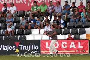 José Antonio Asián, pidiendo un último esfuerzo a sus jugadores tras el empate a uno