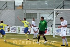 Manu Orden consiguió el gol del empate tras peinar un centro de Manu Ruiz y quedarse Garrido a media salida
