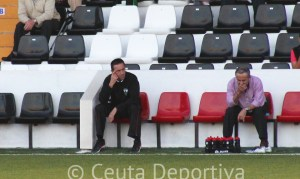 Manolo Suárez, a la izquierda, en el banquillo del Ayamonte CF