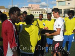 Abel Fernández imparte consignas a los jugadores del África Star del CETI