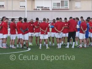 José Antonio Asián habla con sus jugadores en el entrenamiento del jueves en el Murube