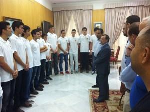 Los juniors del CB Juventud en el despacho del presidente de la Ciudad Juan Vivas