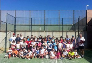 Foto de familia de participantes en el I Clínic de Menores y monitores de la Federación de Pádel de Ceuta