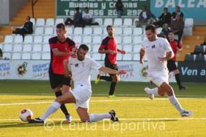 Corrales seguirá en el 'once' del Ceuta en la posición de lateral izquierdo
