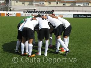 Los jugadores del Ceutí se conjuran antes de un partido