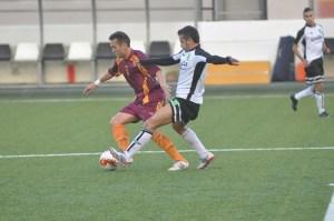 Ernesto intenta cortar el avance de un jugador murciano