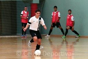 Chito conduce el balón durante un partido de esta temporada en el 'Guillermo Molina'