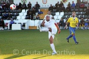 Sandro despeja un balón en el partido del pasado domingo ante el San Juan