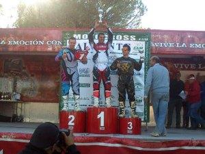 El ceutí Embarek Tuhami levanta la copa de campeón en lo más alto del podio
