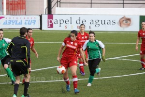 Isa controla el balón ante la presión de una jugadora cacereña