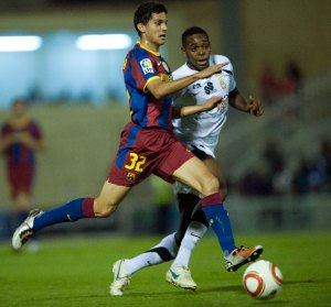 Raoul Loe persigue a Bartra durante el AD Ceuta - FC Barcelona de la Copa del Rey en 2010