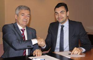 El nuevo seleccionador masculino estrecha la mano de Fernando Carpena, presidente de la RFEN