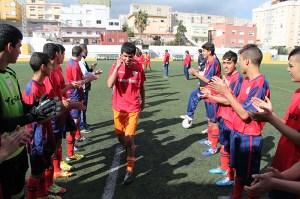 Los jugadores del Puerto hicieron el pasillo de campeón a los del Ramón y Cajal