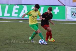 Juanma controla el balón ante un jugador del Recre B en el partido de la 1ª vuelta. Foto: África Jarque