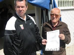 El delegado del Ceutí Juan Andrés y el directivo Diego Almagro con el acta del partido no disputado ante el San José