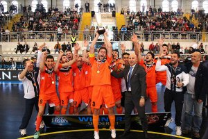 Tuli, a la izquierda, junto a sus compañeros en el momento de alzar la copa de campeones