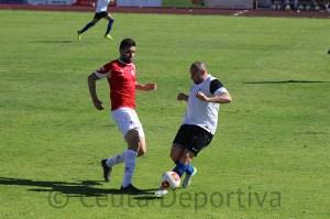 Pepe Martínez, que jugó por delante de la defensa, controla el balón ante un rival