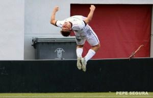 Cristo celebra de forma acrobática uno de sus goles con la AD Ceuta FC